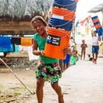 昔日冲浪选手投身改善水质 召集背包客运送滤水器帮助百万人