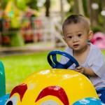 在创新疗法项目中为孩子们将轮椅替换成玩具车