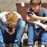 """一不小心把大脑都""""滑""""笨了…… 研究显示:小孩过早使用智慧型手机会造成语言发展迟缓"""