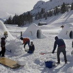 非洲难民协助打造滑雪新景点 意大利冰屋村拉近当地人与新移民的心