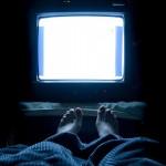 晚上睡觉时开著电视,可能会让你体重增加