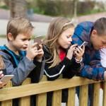 家长是否要强制禁止孩子玩手机?