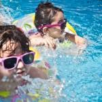 协助孩子学会游泳