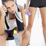 运动期间大量流汗,要补充水还是运动饮料呢?